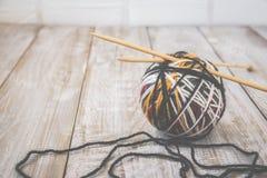 羊毛现代颜色球减速火箭的照片与编织的竹针的 定调子 免版税图库摄影