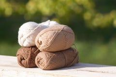 羊毛球在自然口气树荫下在老木头的 免版税库存图片
