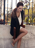 羊毛的美丽的典雅的夫人涂上和皮手套 免版税图库摄影