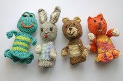 从羊毛编织的手指动物木偶 手工制造 钩编编织物编织的逗人喜爱的玩具熊、青蛙、野兔和狐狸 免版税库存图片