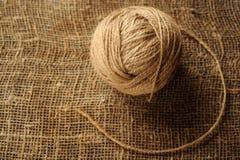 羊毛螺纹一束编织和编织的在背景 免版税图库摄影