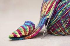 羊毛螺纹和编织针。针线辅助部件 图库摄影