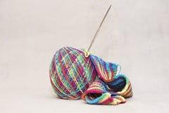 羊毛螺纹和编织针。针线辅助部件 库存照片