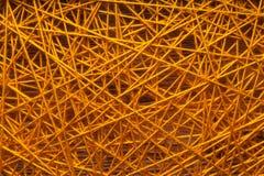 羊毛转动的毛线,在铁钉子之间的羊毛转动的毛线,在铁钉子之间的羊毛转动的毛线在一个木基地 库存图片