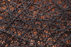 羊毛转动的毛线,在铁钉子之间的羊毛转动的毛线,在铁钉子之间的羊毛转动的毛线在一个木基地 免版税库存图片