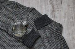 羊毛运动衫,一个瓶香水 免版税库存图片