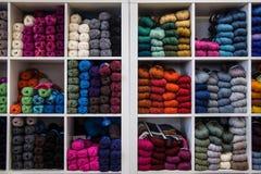 羊毛,在架子的五颜六色的sewings 免版税库存照片