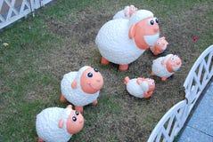 绵羊玩偶在庭院里 免版税库存图片