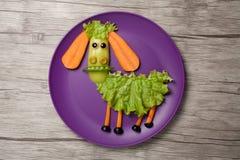 绵羊由食物制成在板材和桌 图库摄影