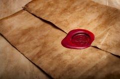 羊皮纸信封密封与红色蜡 免版税库存图片