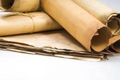 羊皮纸纸卷在老羊皮纸板料背景的  图库摄影