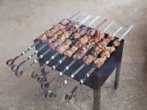 羊羔开胃烤肉串用在格栅的油煎的葱 图库摄影