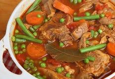 羊羔炖煮的食物Navarin在砂锅盘的 库存照片
