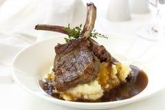 羊羔炸肉排用土豆泥和小汤 免版税库存照片