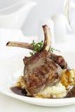 羊羔炸肉排用土豆泥和小汤 免版税库存图片