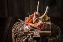 羊羔烤肋骨用在老木板条的香料 库存图片