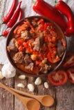 羊羔烹调了与葱、蕃茄和胡椒特写镜头 垂直的上面 库存图片