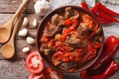 羊羔烹调了与葱、蕃茄和胡椒特写镜头 水平 库存图片