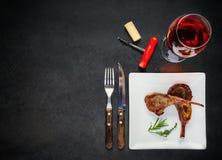 羊羔肋骨用玫瑰酒红色和拷贝空间 图库摄影