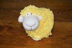 羊羔陶瓷小雕象  免版税库存照片