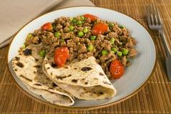 羊羔Keema咖喱用豌豆和薄煎饼 免版税库存照片