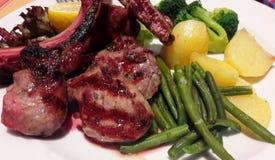 羊肉肋骨烤用青豆、硬花甘蓝和土豆 图库摄影