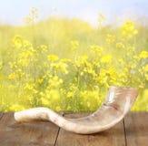 羊角号(垫铁)在木桌上 rosh hashanah (犹太假日)概念 传统假日标志 图库摄影