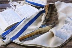 羊角号(垫铁)在白色祷告talit 夏令时 rosh hashanah (犹太假日)概念 传统假日标志 库存照片