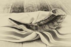 羊角号(垫铁)在白色祷告talit 夏令时 rosh hashanah (犹太假日)概念 传统假日标志 图库摄影