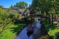 羊角村运河和美丽的村庄在岸 免版税库存图片