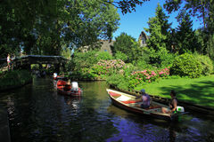 羊角村运河和美丽的村庄在岸 免版税库存照片