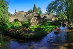 羊角村运河和美丽的村庄在岸 库存照片