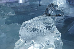绵羊雕刻做由冰 库存图片