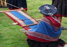 羊魄演示秘鲁编织的羊毛 免版税图库摄影