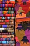 羊魄羊毛毯子在市场上 免版税库存图片