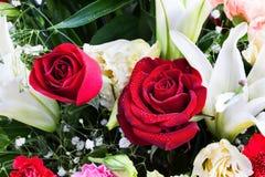 美丽上升了,康乃馨和lilly与水下落。 免版税库存图片