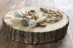 美丽下垂与小珠和丝带 免版税库存图片