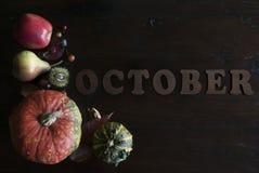 美丽五颜六色完全失败与叶子,南瓜,栗子的位置并且在木背景的10月上写字 图库摄影