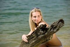美丽享用湖边夏天星期日妇女 免版税图库摄影