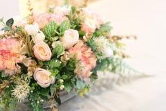美丽假白色和桃红色为装饰上升了 免版税库存图片