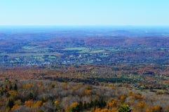 美丽全景有从小山的蓝天视图,农村风景 库存图片
