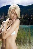 美丽匀称白肤金发在比基尼泳装 库存图片