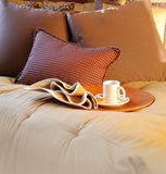 美丽卧室舒适设置 免版税库存图片