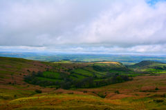 美丽和五颜六色的小山在春天,布雷肯比肯斯山国家公园,威尔士,英国 免版税库存照片