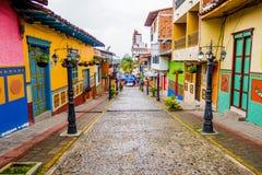 美丽和五颜六色的街道在Guatape,叫作Zocalos镇  哥伦比亚 免版税库存图片
