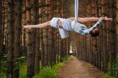 美丽和优美的空中体操运动员执行在空气圆环的锻炼 库存照片