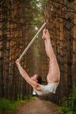 美丽和优美的空中体操运动员执行在空气圆环的锻炼 免版税库存照片