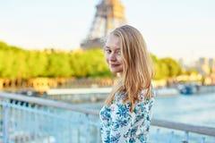 年轻美丽和典雅的巴黎人妇女 免版税库存图片