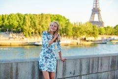 年轻美丽和典雅的巴黎人妇女 图库摄影
