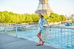 年轻美丽和典雅的巴黎人妇女 库存照片